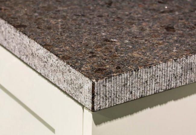 Granieten blad met gefrijnde rand