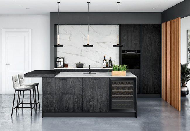 Zwarte keuken met marmer