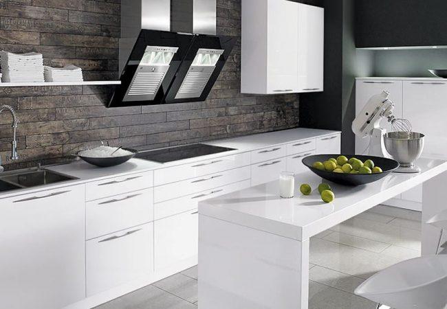 Witte hoogglans keuken met eettafel