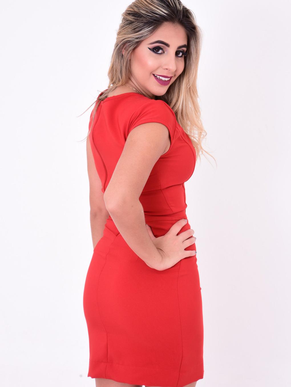 modelo pousando de costas com vestido mandala tubinho vermelho