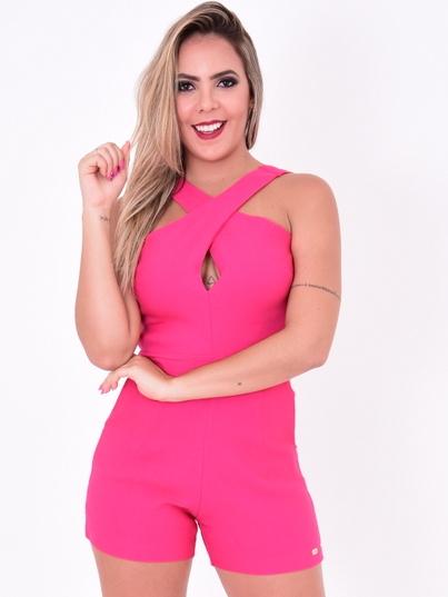 modelo pousando de frente com Macaquinho Isa rosa choque