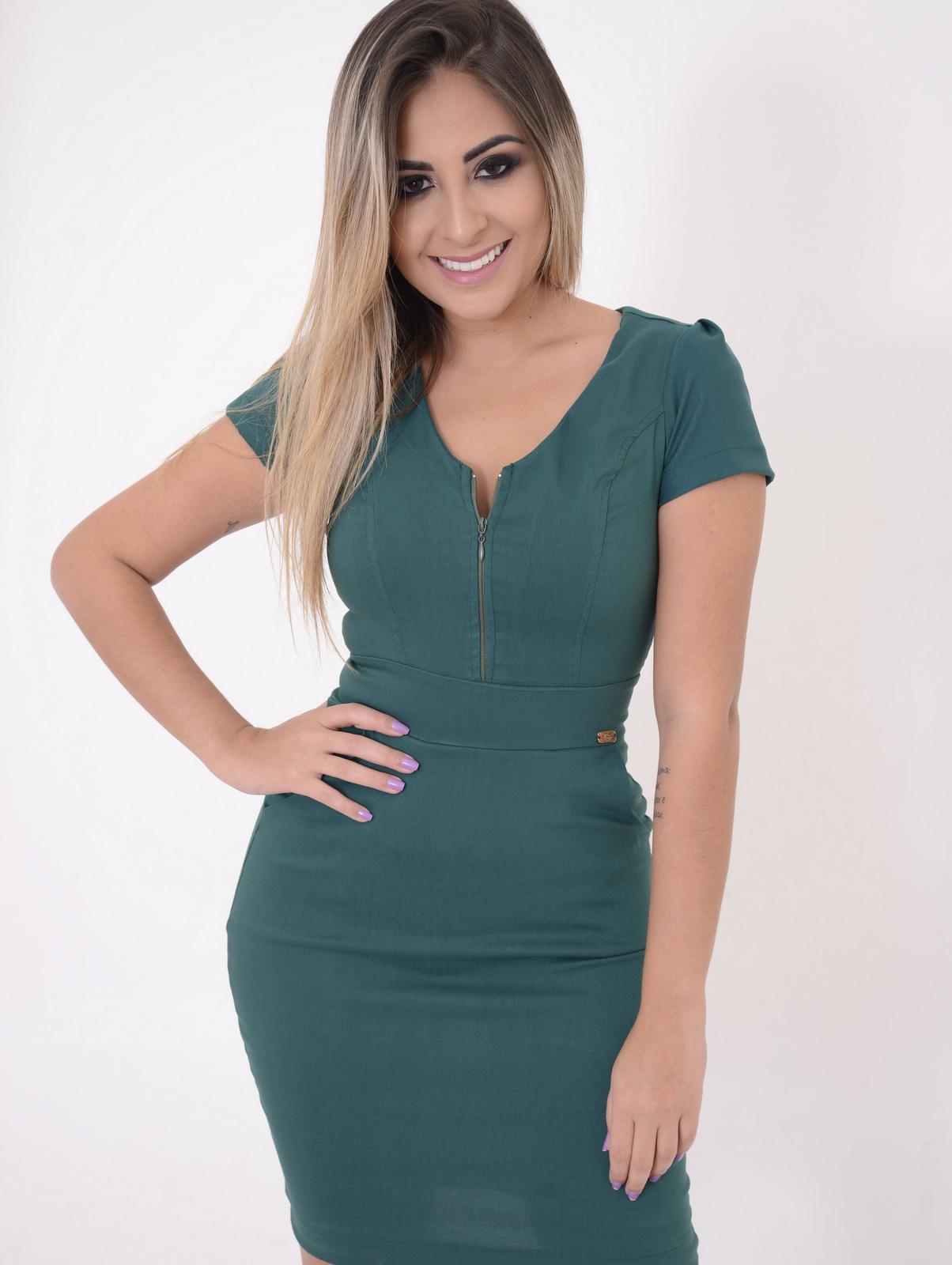 modelo vestindo Vestido Juliana com estampa verde militar