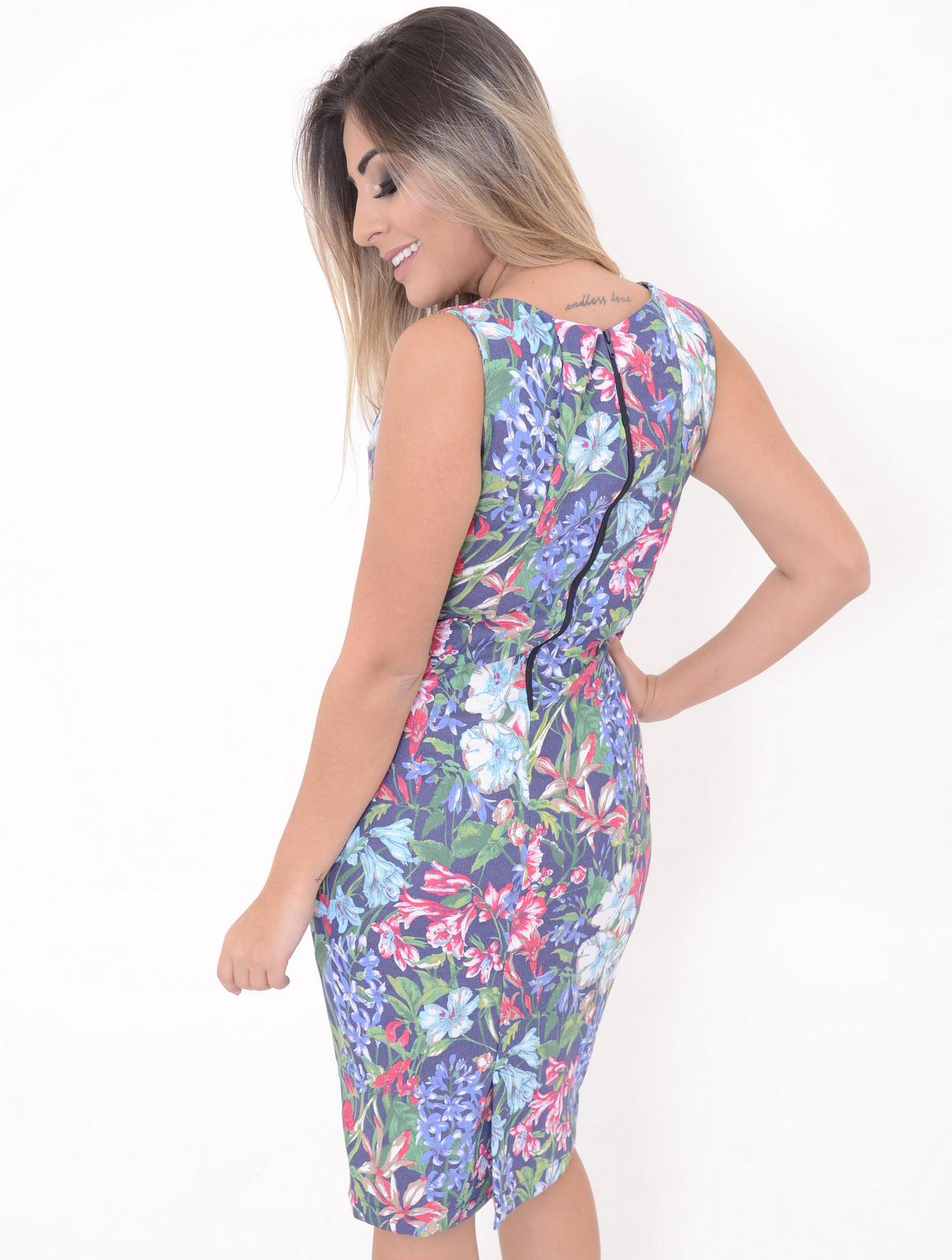 modelo usando Vestido Claire com estampa florida da marca Vestido de Chita
