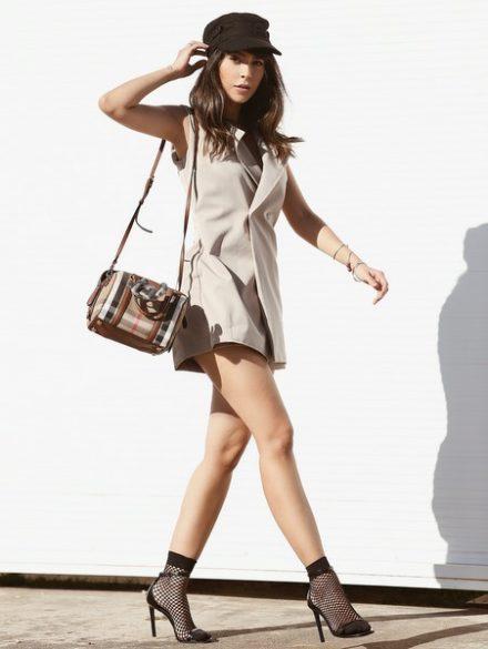 Modelo desfila vestindo Macaquinho Blazer da marca Vestido de Chita