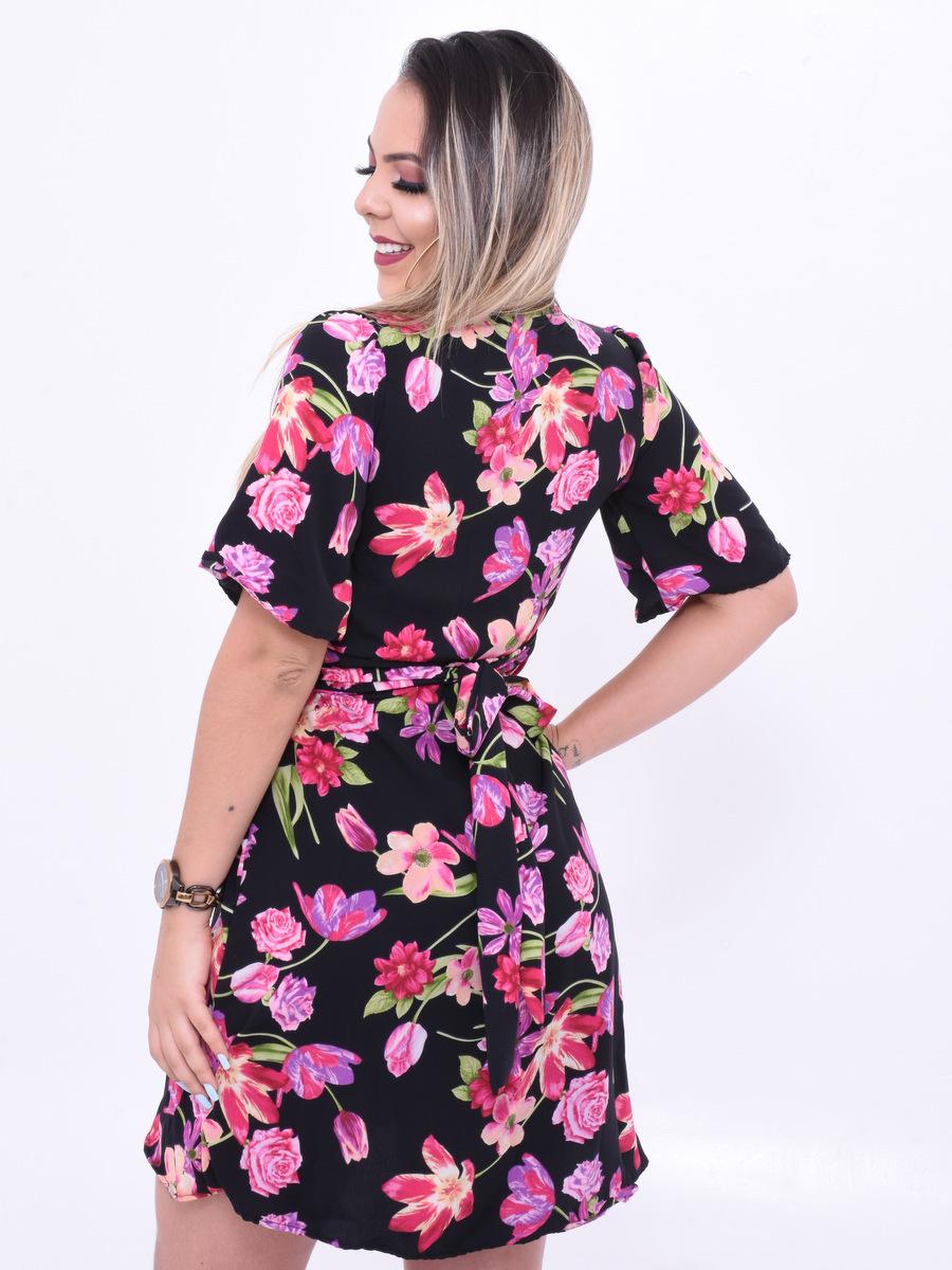 vestido soltinho com flores rosas