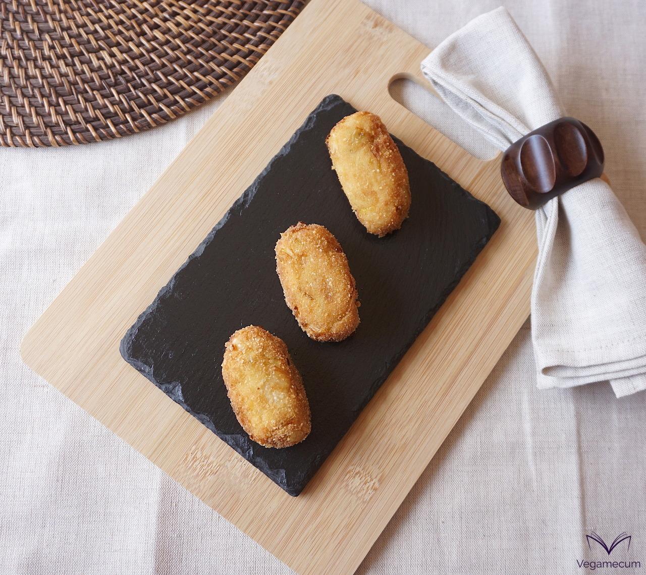 Plano cenital de Croquetas veganas de queso y puerro confitado