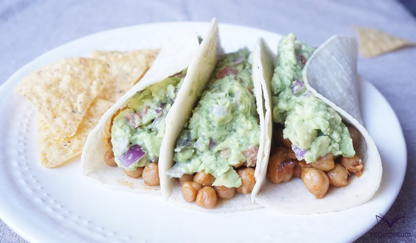 Tacos with spicy chickpeas and guacamole