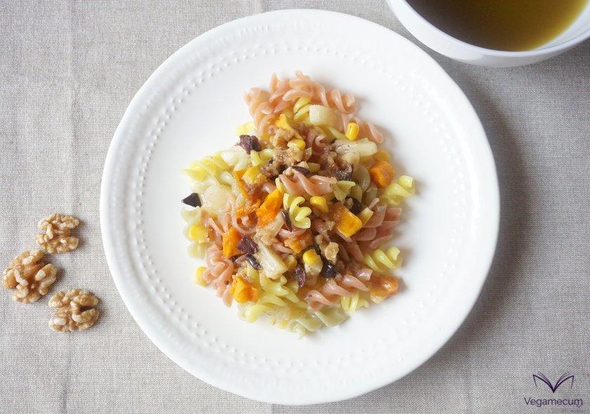 Plano cenital de la ensalada de pasta tropical con vinagreta agridulce de nueces