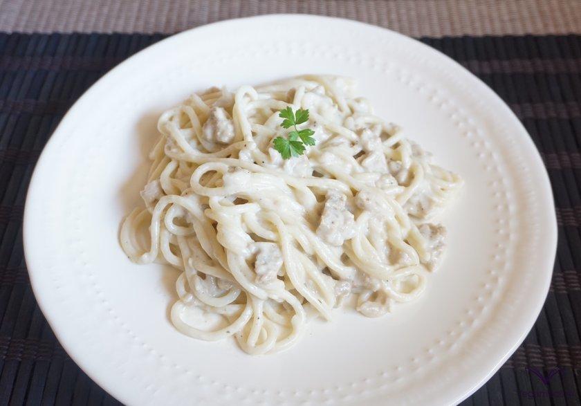 Plato de pasta con salsa carbonara listo para servir