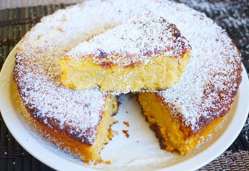 Corte tarta de calabaza y coco