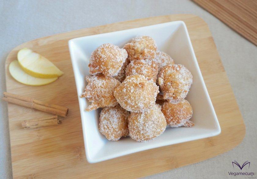 Plano cenital de los buñuelos de manzana, canela y vainilla