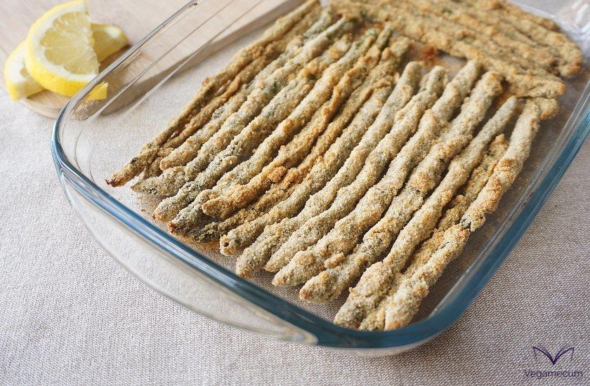 Espárragos crujientes con parmesano vegano y limón recién horneados