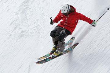 あなたはスキー派?スノボー派?ウィンタースポーツの代表スキーの魅力と始め方