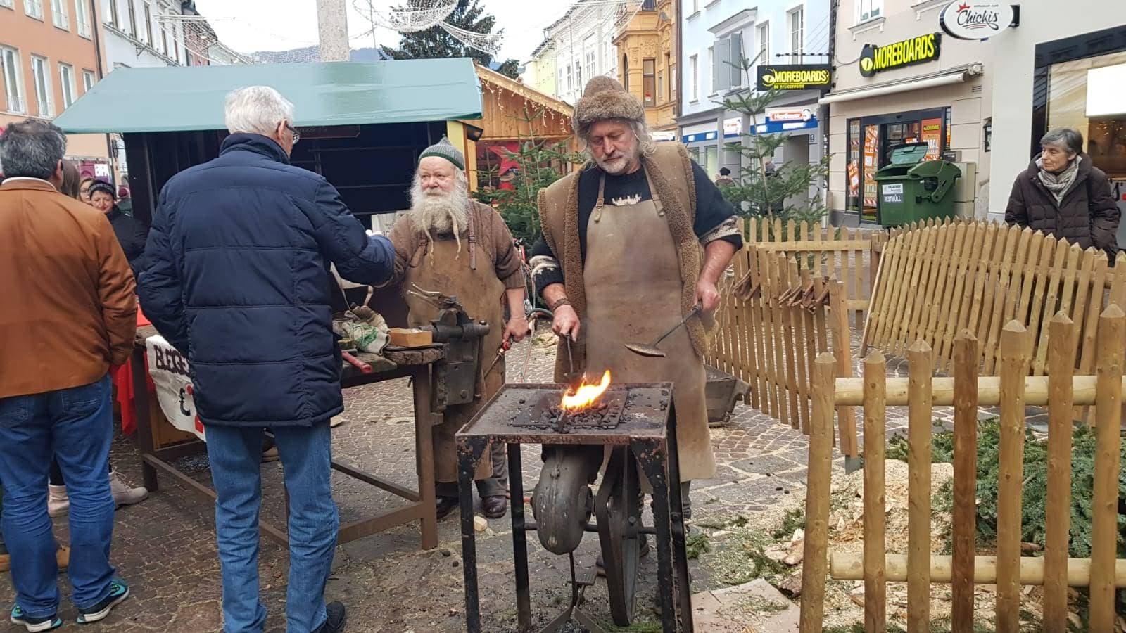 Alcuni abitanti di Villach intenti a preparare pietanze tipiche delle festività di fine anno