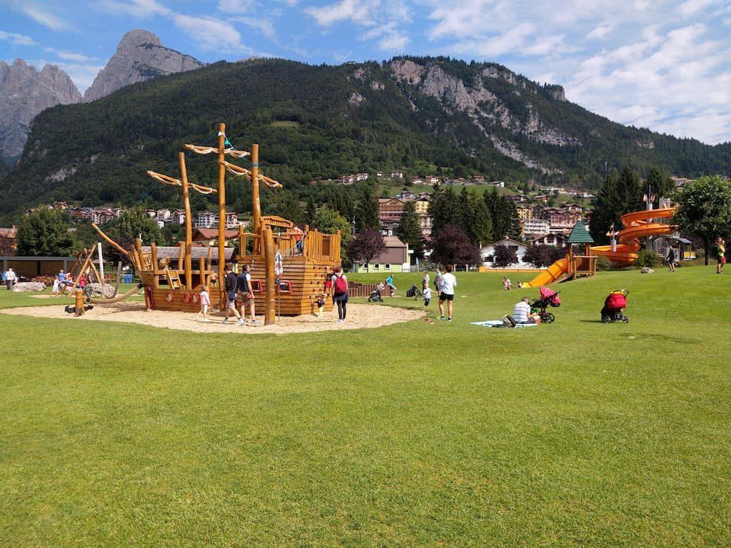 Area giochi per bambini al lago di Molveno