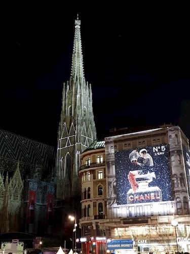Duomo di Vienna illuminato di notte