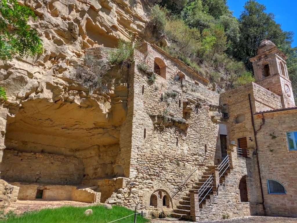Particolare sulla grotta e il campanile dell'Eremo dei Frati Bianchi