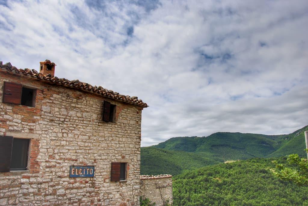 Il borgo medievale di Elcito