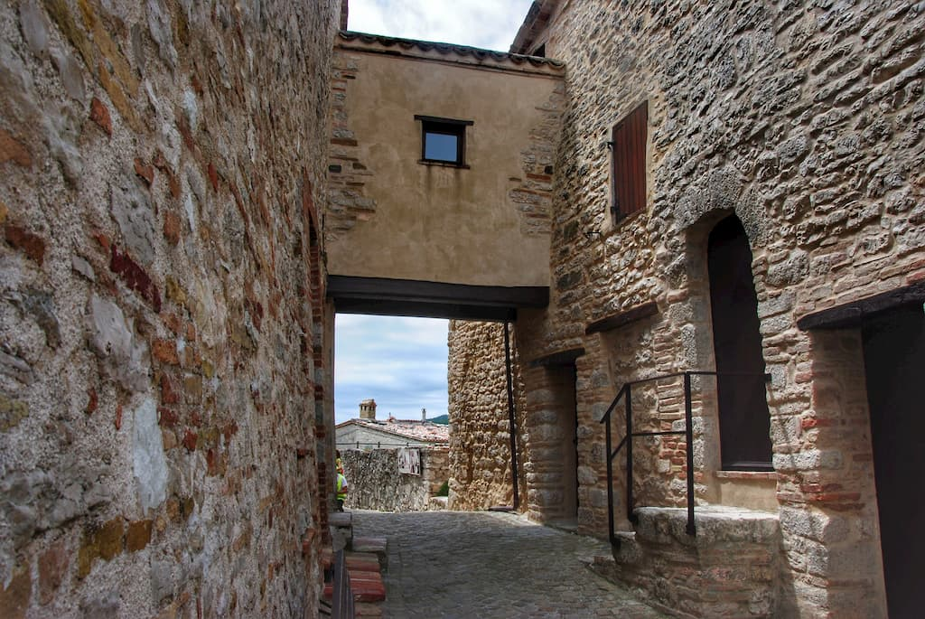 Case in pietra di Elcito