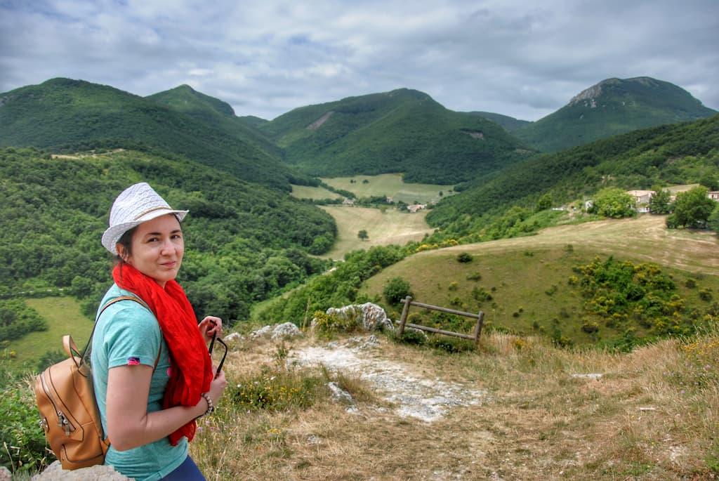 Vista su Canfaito e Monte San Vicino da Elcito (insieme a Chiara)