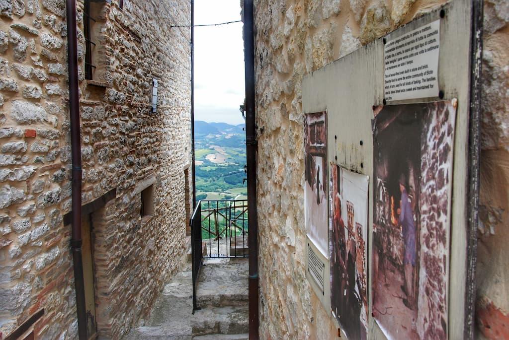 Panorama da una feritoia del borgo di Elcito