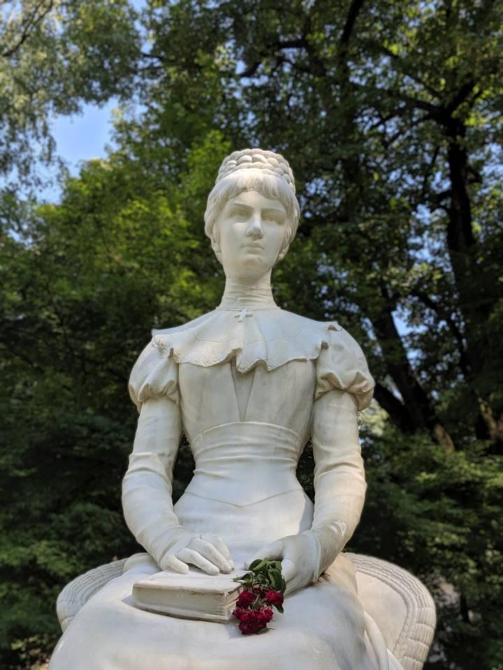 Primo piano della statua dell'imperatrice Elisabetta d'Austria