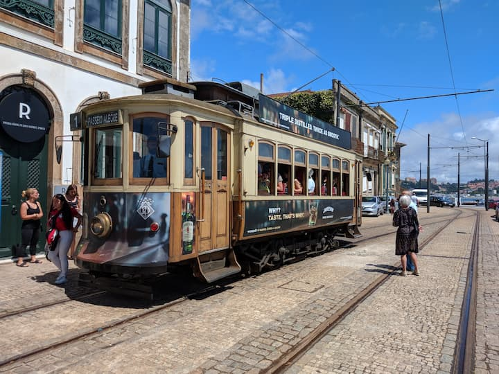 Tram 1 di Porto fermo al capolinea di Passeio Alegre