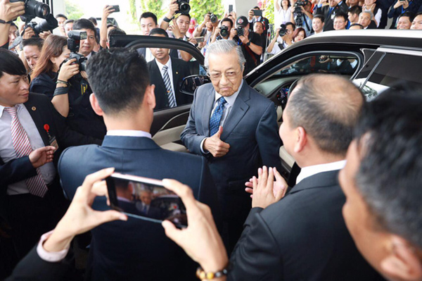 Bao-chi-Indonesia-va-Malaysia-noi-gi-ve-mau-xe-VinFast-President-anh-3