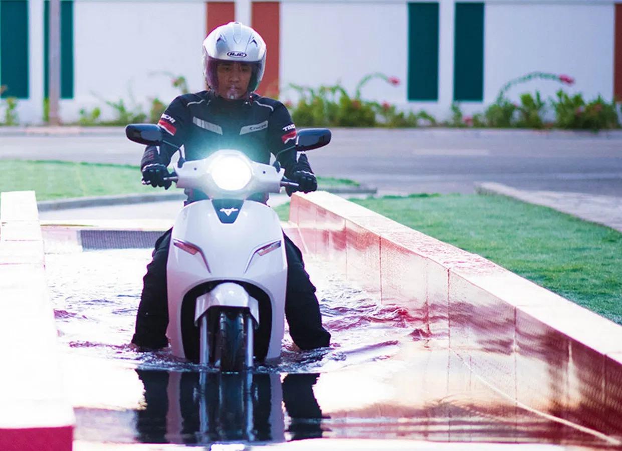 Xe máy điện có đi được trời mưa không (Nguồn autotimes.vn)