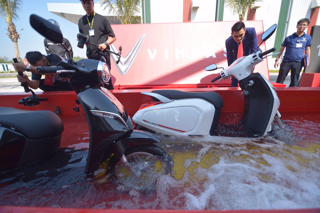 Thử nghiệm khả năng chống nước của Vinfast Klara S (Nguồn automotor.vn)