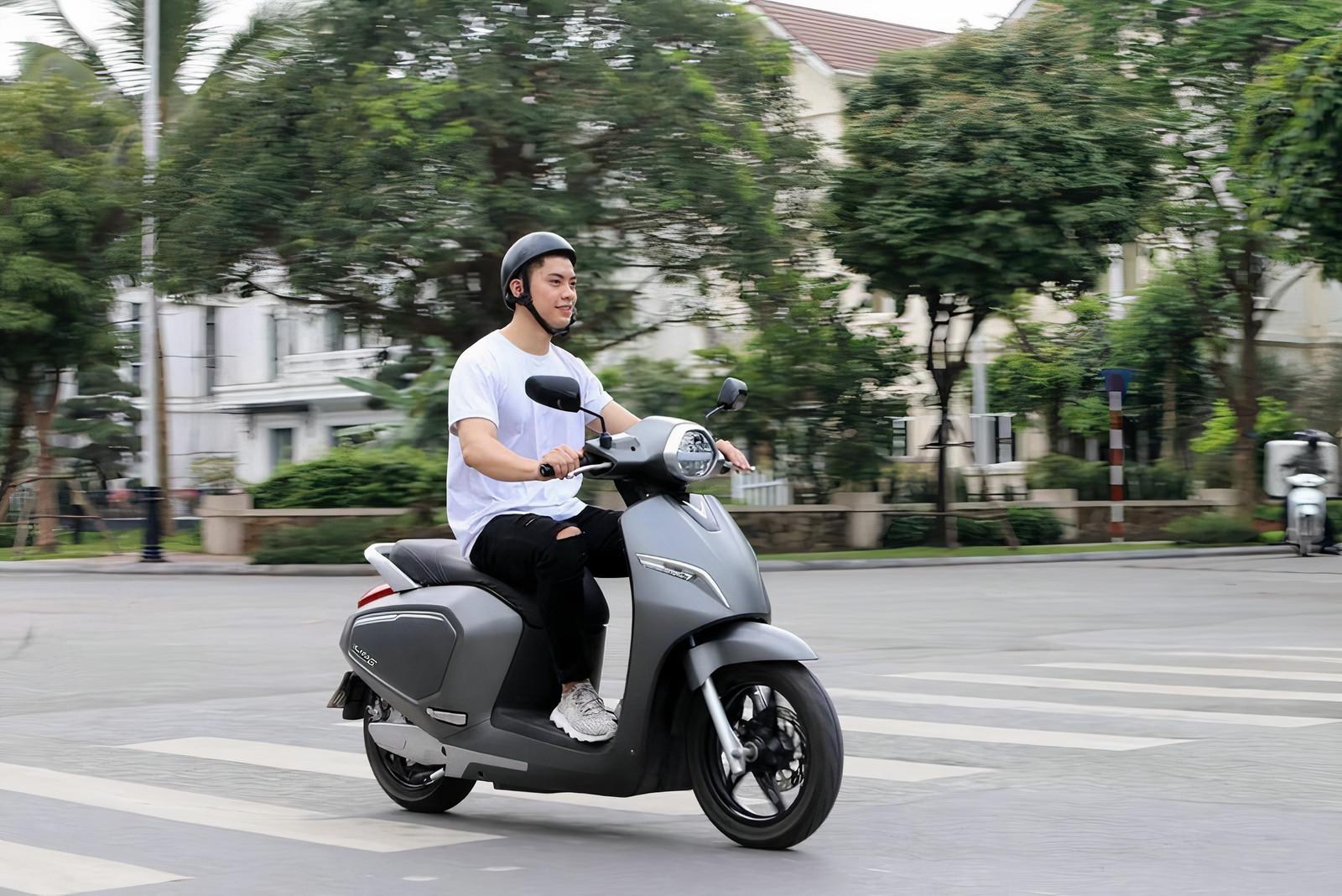 Duy trì tốc độ vừa phải giúp tăng độ bền khi sử dụng xe máy điện VinFast (Nguồn cdn.reatimes.vn)