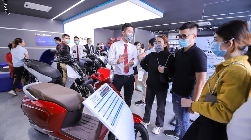 """""""Cơn sốt"""" xe máy điện VinFast trong những ngày khai trương tại TPHCM  (Nguồn: diendandoanhnghiep.enternews.vn)"""