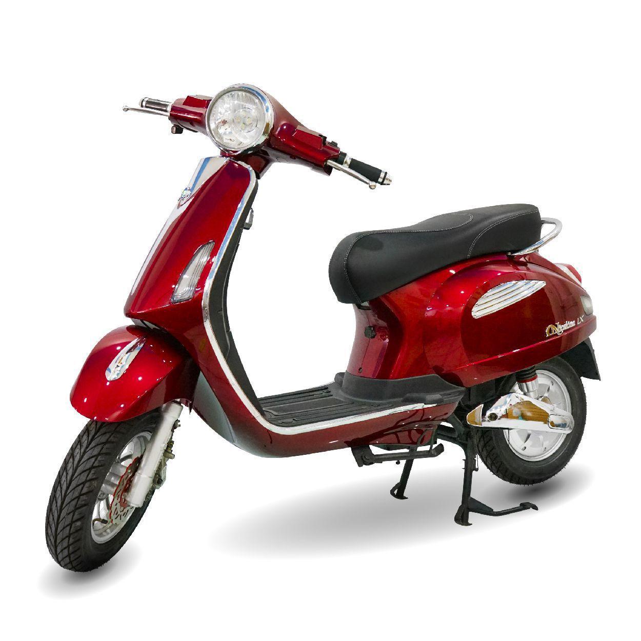 Xe máy điện Nioshima LX màu đỏ nổi bật giữa đám đông