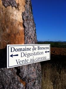 Dom de Brescou skylt