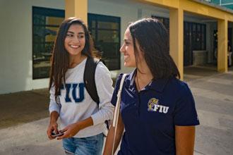 Estudiantes del curso de inglés de Florida International University caminando por el campus