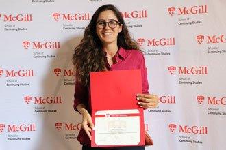 Estudiante internacional recibiendo su diploma en McGill