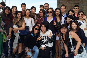 Estudiantes internacionales de los cursos de inglés de NYU visitando el puente de Brooklyn