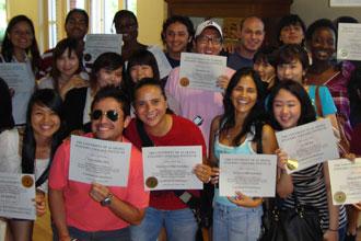 Estudiantes internacionales de la Universidad de Alabama del curso de inglés mostrando sus diplomas