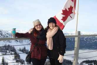 Estudiantes internacionales curso de inglés de UBC con bandera de Canadá