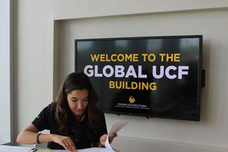 Estudiante del curso de inglés estudiando en el edificio de global UCF