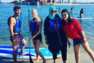 estudiantes de los programas de inglés de la Universidad de California San Diego en la playa de la Jolla