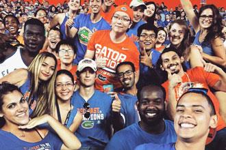 Estudiantes de los cursos de inglés de la Universidad de Florida en el estadio de UF