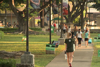 international students of the English programs walking on UH campus