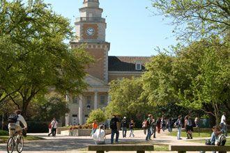 Estudiantes internacionales caminando en el campus de UNT en Denton