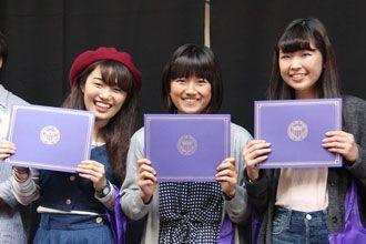 Estudiants del curso de inglés de la Universidad de Washington recibiendo el diploma