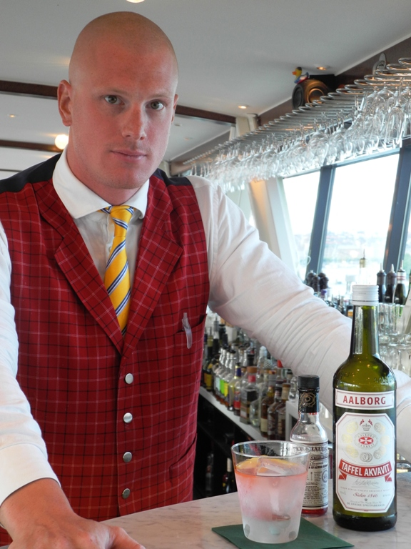 akvavit-drink-aalborg-taffel-gondolen-Gondolen-Rød-Dansk-copy-vinbanken