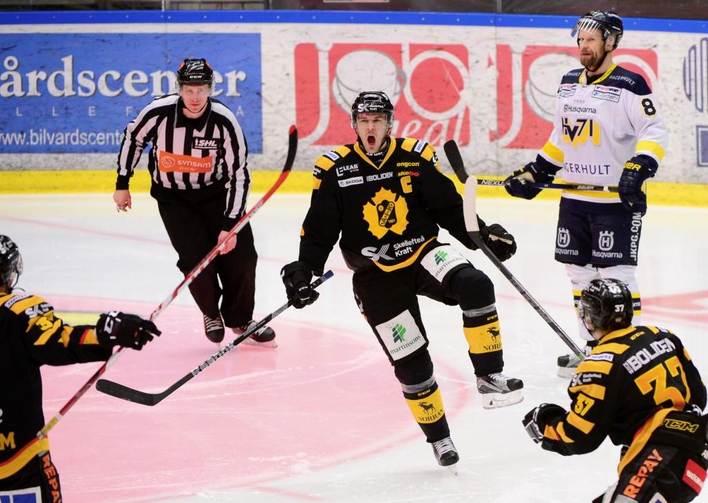 Skellefteås Jimmie Ericsson jublar efter att ha avgjort i sudden death med 5-4 målet.Foto Robert Granström / TT