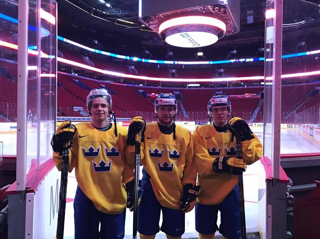 Skellefteå AIK:s talangfulla trio firade julafton på klassisk ishockeymark. FOTO: Privat