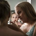 Maria Reina sminkas av Marielle Isaksson. Foto: Thea Holmqvist