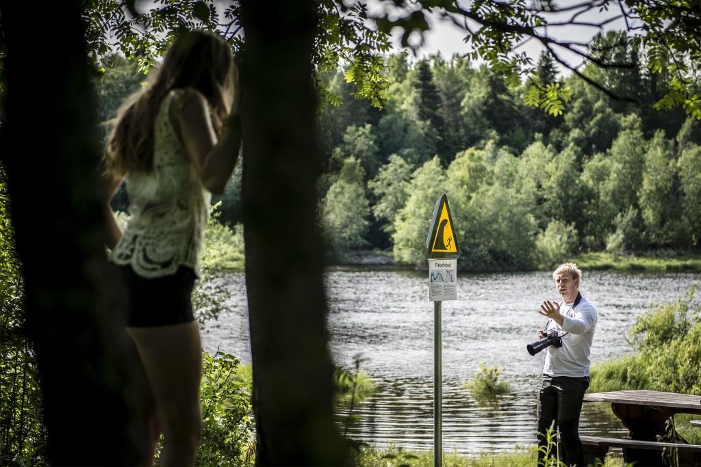 Fredrik Larsson ger Maria Reina instruktioner. Foto: Thea Holmqvist